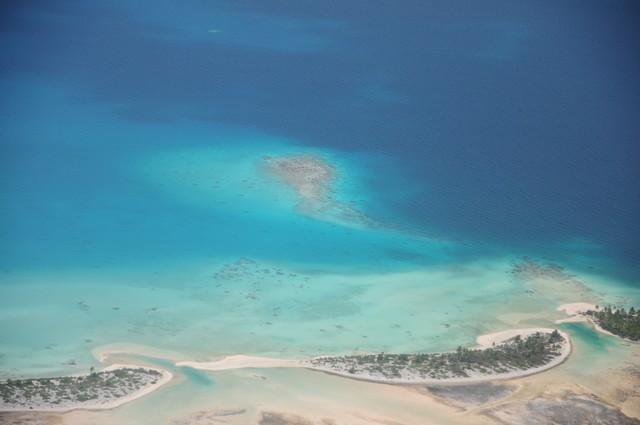 lagon de rangiroa en polynesie vue du ciel