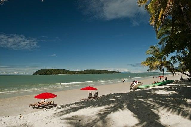 Plage de sable blanc ile Langkawi malaisie