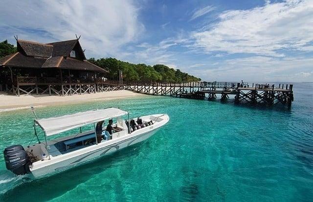 bateau et eaux turquoises de Pulau Mataking en Malaisie