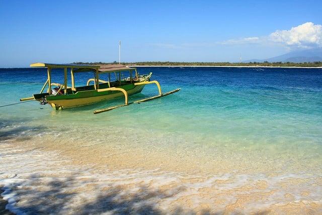 plage de l'île Gili Trawagan avec junkung bateau à balancier, Lombok, Indonésie