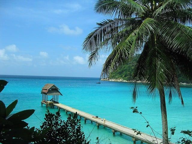 plage et eaux turquoises des îles Perhentian