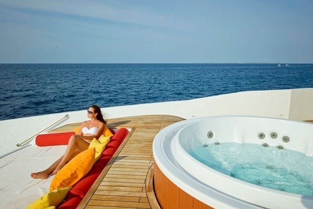 MV Blue Force One jacuzzi et pont solarium