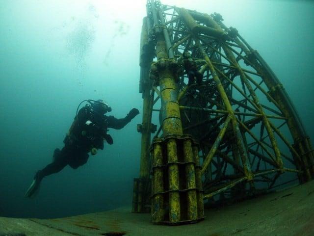 plongeur sur plateforme petroliere